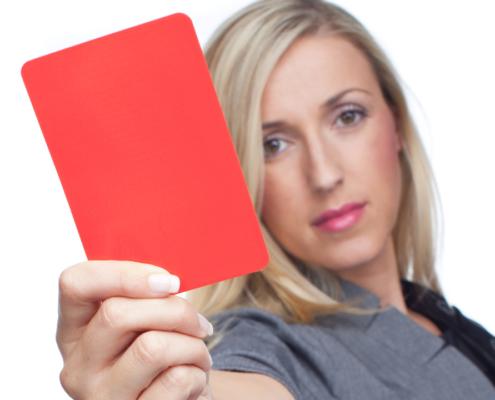 Zeigen Sie Druckkostenzuschussverlagen die rote Karte